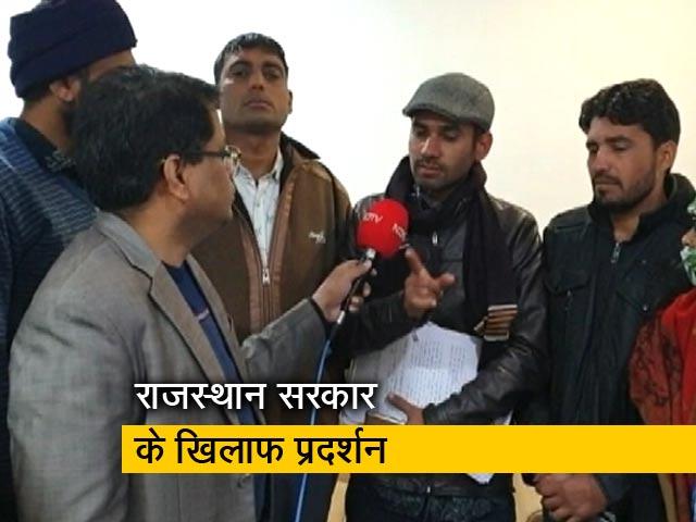 Videos : 40 दिनों से राजस्थान यूनिवर्सिटी के सामने क्यों प्रदर्शन कर रहे युवा?