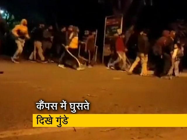 Videos : JNU: बाहर से कैंपस में घुसते नजर आए हथियारबंद गुंडे