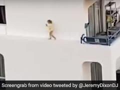 होटल की चौथी मंजिल की खिड़की से निकलकर रेलिंग पर चलने लगी बच्ची और फिर... देखें Viral Video