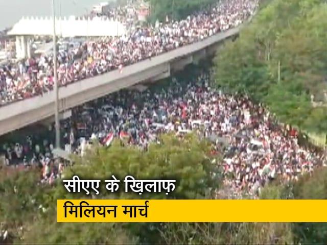 Videos : नागरिकता कानून के खिलाफ हैदराबाद की सड़कों पर बड़ी संख्या में उतरे लोग