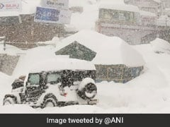 शिमला में Awesome हुआ मौसम, गिरी इतनी बर्फ कि छिप गई कार, देखें Photos
