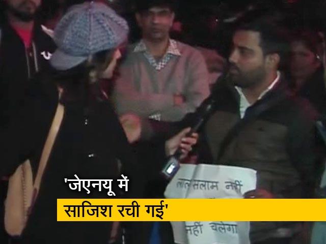 Videos : जेएनयू कैंपस के बाहर हुआ प्रदर्शन, बैनर्स और पोस्टर लेकर पहुंचे लोग