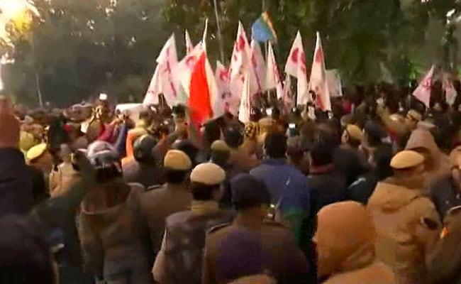 राष्ट्रपति भवन की तरफ मार्च कर रहे JNU के छात्रों पर लाठीचार्ज, कई छात्रों को पुलिस ने लिया हिरासत में