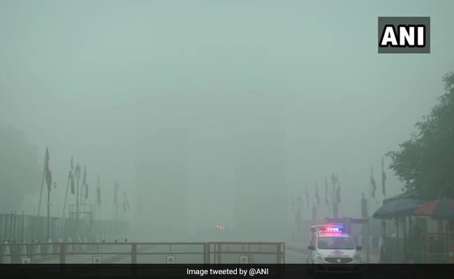 Weather Report: पहाड़ों में हुई बर्फबारी का असर, कोहरे की चादर में लिपटी दिल्ली, देखें VIDEO