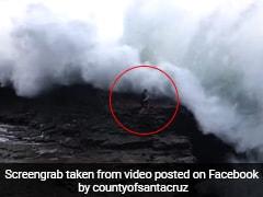 समुद्र तट पर खड़ा था शख्स, आ गया विशाल लहर की चपेट में और फिर... देखें Viral Video
