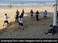 समुद्र किनारे वॉलीबॉल खेल रहे थे लड़के, तभी पहुंचे अक्षय कुमार और फिर किया ऐसा... देखें Video