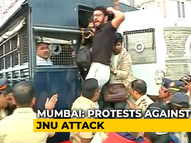 Video : Police Break Up 'Occupy Gateway' Protest In Mumbai Over JNU Mob Attack