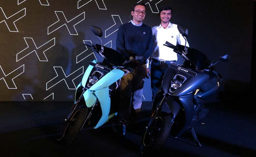 (L-R) Tarun Mehta, Co-Founder & CEO, Swapnil Jain  Co-Founder & CEO, Ather Energy with the 450X