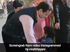 तैमूर को छोड़ सैफ अली खान और करीना कपूर के साथ सेल्फी ले रहे थे फैन्स, फिर छोटे नवाब ने किया ऐसा- देखें Video