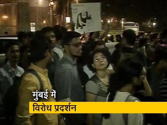 Videos : जेएनयू हिंसा के विरोध में मुंबई में सड़कों पर उतरे लोग