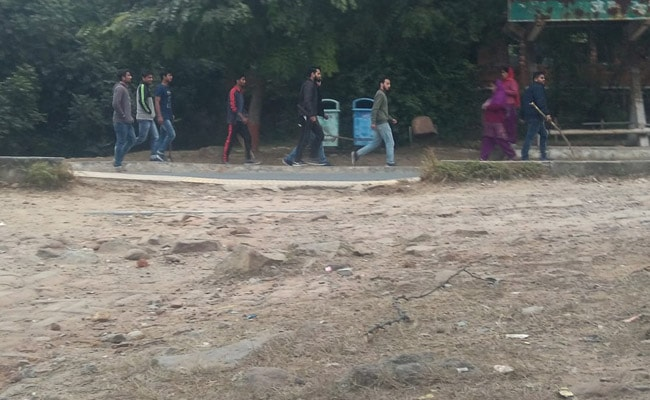 Armed Mob That Attacked JNU Students Seen In Pics Entering Campus