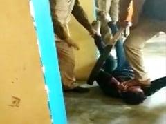 उत्तर प्रदेश : मोबाइल चोरी के एक आरोपी के मुंह पर पैर रखकर उसे बेरहमी से पीटने वाले तीनों पुलिसकर्मी निलंबित