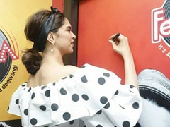 Deepika Padukone Spotted Scribbling On A Poster Of Ranveer Singh. We Know What She Wrote