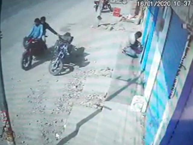 Video : Caught On Camera: Bikers Filch Bag With Rs 20 Lakh In Gold, Silver, Cash