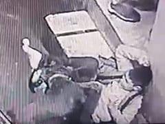 खतरनाक कुत्ते ने किया बच्चे पर Attack, लोग मारते रहे डंडे और पत्थर लेकिन... देखें Shocking Video