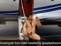 हवाई जहाज की सीढ़ियों पर बैठे नजर आए धर्मेंद्र, बोले- छतों पर चढ़कर देखा करते थे, वो गया, वो गया... देखें Video