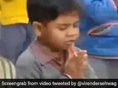 स्कूल में प्रार्थना करते हुए बच्चे ने मजेदार अंदाज में चूसी 'लॉलीपॉप', सहवाग बोले- इसकी हरकत देखकर तो... देखें Video