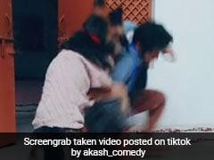 TikTok Viral Video: पढ़ाई से बचकर क्रिकेट खेलने जा रहा था लड़का, कुत्ते ने पिटाई कर ऐसे बिठाया...