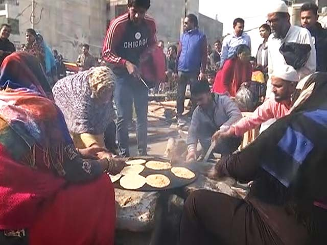Video : Women At Delhi's Shaheen Bagh Prepare 'Langar' After Voting