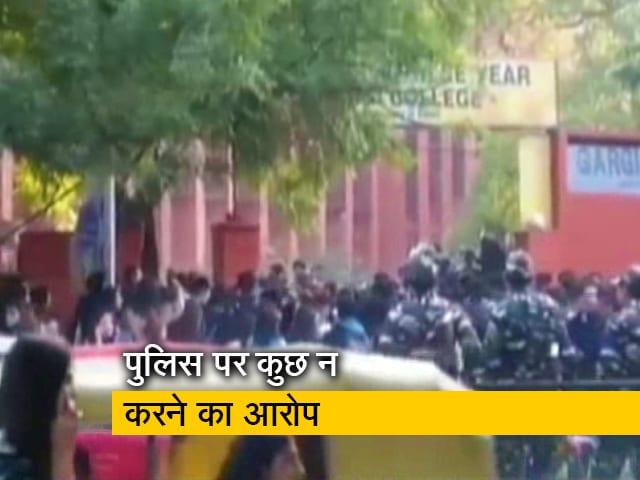 Videos : दिल्ली के गार्गी कॉलेज में छात्राओं से छेड़खानी, सोशल मीडिया पर उठा मुद्दा