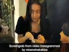 नेहा कक्कड़ को घेरकर खड़े हो गए बच्चे तो सिंगर ने बांटे दो हजार के नोट, खूब Viral हो रहा है Video
