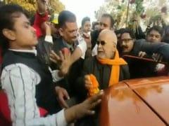 रेप के आरोपी पूर्व केंद्रीय मंत्री चिन्मयानंद जमानत पर हुए रिहा तो NCC कैडेट्स ने दी सलामी, सैंकड़ों लोगों को कराया भोजन