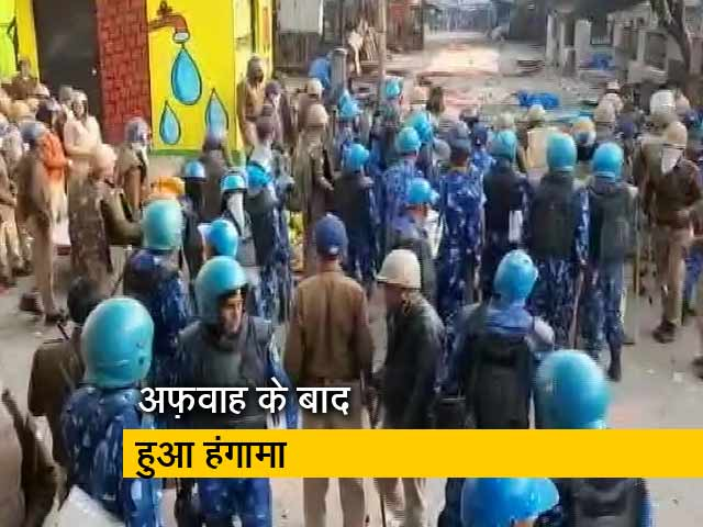 Videos : अलीगढ़ में पुलिस से भिड़े CAA विरोधी प्रदर्शनकारी