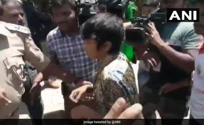 """Woman With """"Kashmir Mukti, Dalit Mukti"""" Placard Taken Away By Bengaluru Police"""