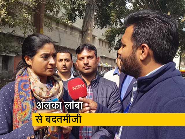 Video : AAP कार्यकर्ता ने अलका लांबा से की बदतमीजी