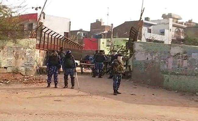 Delhi Violence: हिंसाग्रस्त इलाकों में कुछ दुकानें खुलीं, बड़ी संख्या में लोगों के इकट्ठा होने पर रोक- 10 खास बातें