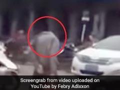 सड़क पर घूमता दिखा सिर कटा शख्स, देखकर लोगों ने दिया ऐसा रिएक्शन, देखें Shocking Video