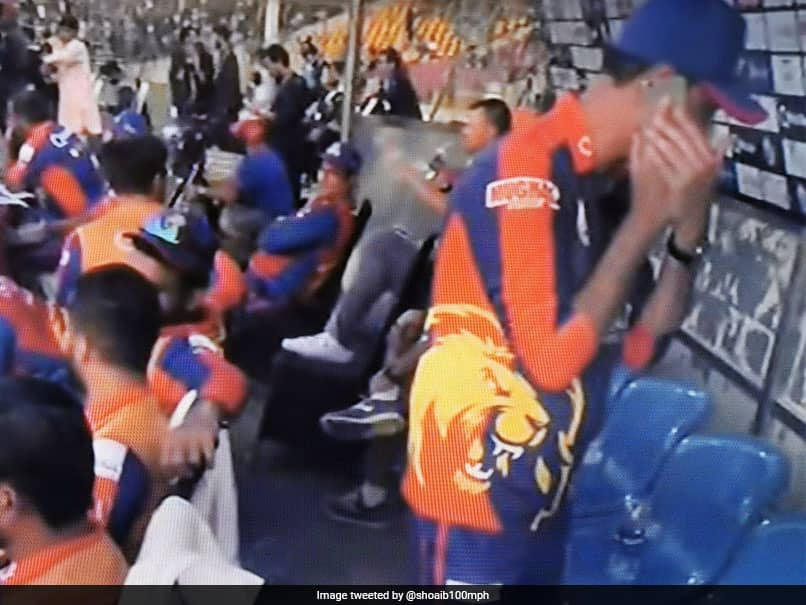 Shoaib Akhtar Reacts As PSL Team Official Uses Mobile In Dug-Out