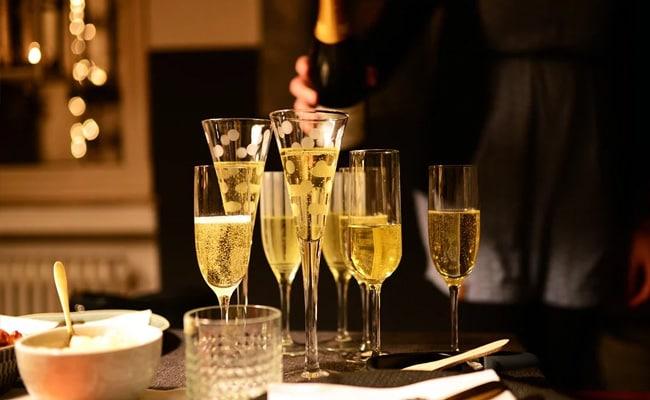 दिल्ली के होटलों और रेस्टोरेंट में जल्द ही सर्व की जा सकेगी शराब..
