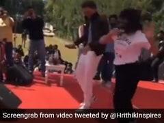 ऋतिक रोशन को डांस दिखाने स्टेज पर चढ़ गई लड़की, बोली- आपके वजह से मेरे परिवार...Viral Video