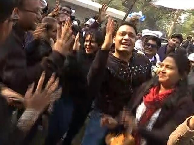 "Video : AAP Supporters Dance To ""<i>Laage Raho Kejriwal</i>"""