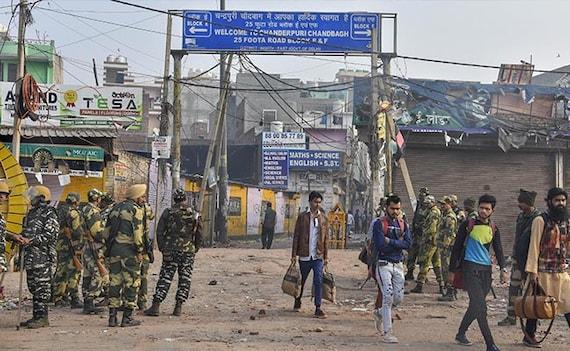 उत्तर-पूर्वी दिल्ली में सुरक्षा बलों का फ्लैग मार्च, 27 की मौत, दिन भर की शांति के बाद देर शाम को फिर बढ़ा तनाव