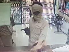 तमंचा लहराते हुए बैंक पहुंचा शख्स, कैशियर ने किया ऐसा काम कि भाग खड़ा हुआ लुटेरा- देखें VIDEO