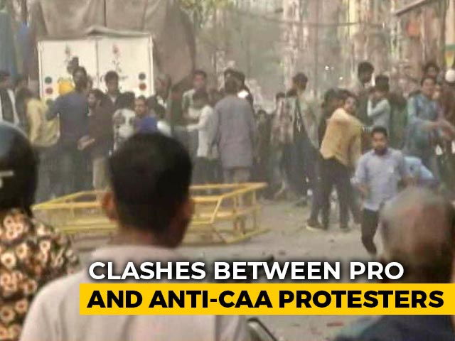 Video : Clash Between 2 Groups Near Anti-CAA Protest Site In Northeast Delhi