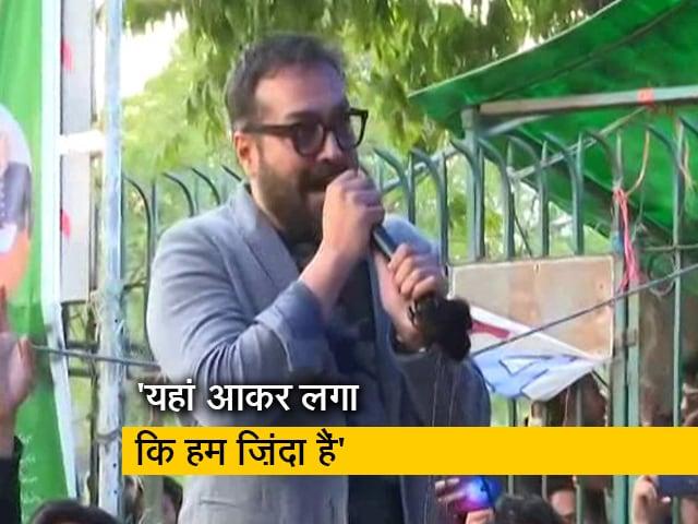 Video : जामिया पहुंचे अनुराग कश्यप, कहा - बिना हिंसा किए लड़ना है