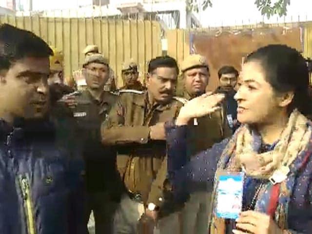 Video : Alka Lamba Tries To Slap Man, Fight Breaks Out Between Congress, AAP Workers