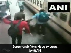 चलती ट्रेन में चढ़ने की कोशिश में महिला प्रोफेसर गिरीं, आरपीएफ जवान ने बचाई जान, देखें - VIDEO