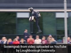 जेट सूट पहनकर हवा में उड़ा यह शख्स, लोगों ने बताया रीयललाइफ Iron Man, आप भी देखें Video