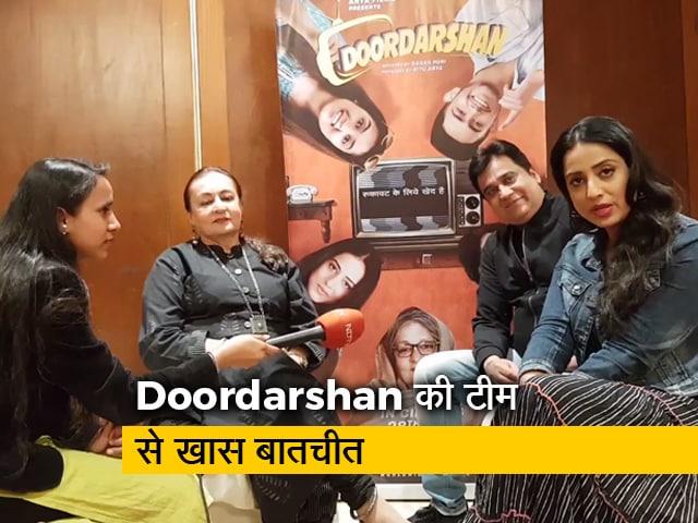 Video : <i>Doordarshan</i> के इंटरव्यू के दौरान 'मां' के पांव दबाने लगे यह एक्टर...