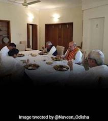 नवीन पटनायक द्वारा आयोजित भोज में साथ भोजन करते नजर आए अमित शाह और ममता बनर्जी