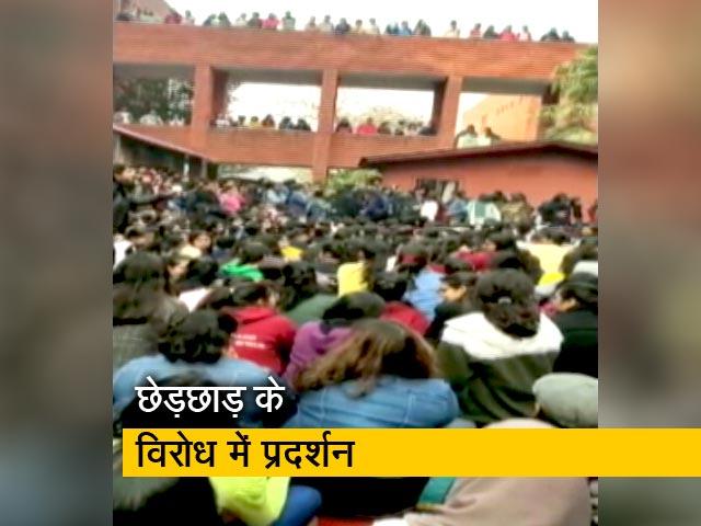Videos : सोशल मीडिया पर वीडियो शेयर कर शिकायत कर रही हैं गार्गी कॉलेज की छात्राएं