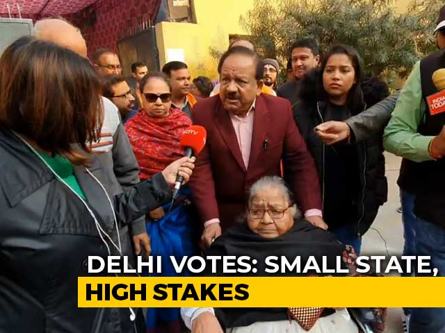 Video : Watch: Union Minister Harsh Vardhan Comes With Family To Vote
