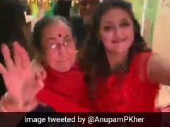 अनुपम खेर की मॉम ने दलेर मेंहदी के गाने पर किया धमाकेदार डांस, देखें Video