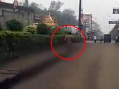 सूदखोरों ने ब्याज नहीं चुकाने पर युवक को बिना कपड़ों के सड़कों पर दौड़ने को किया मजबूर