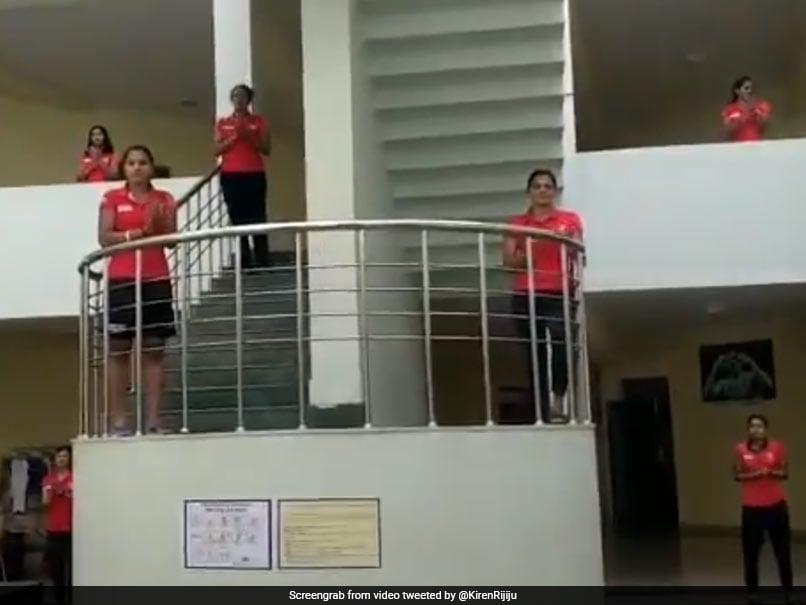 जनता कर्फ्यू में भारतीय महिला हॉकी टीम के खिलाड़ियों ने ऐसा करके जताया आभार- देखें Video
