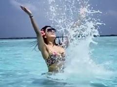 Urvashi Rautela समुद्र में पानी से खेलती नजर आईं, सोशल मीडिया पर Beach Video का तहलका